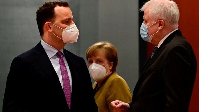 Angela merkel waehrend der kabinettssitzung mit den ministern spahn und seehofer